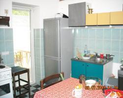 Na slici kuhinja, odakle postoji izlaz na dvorišnu terasu.